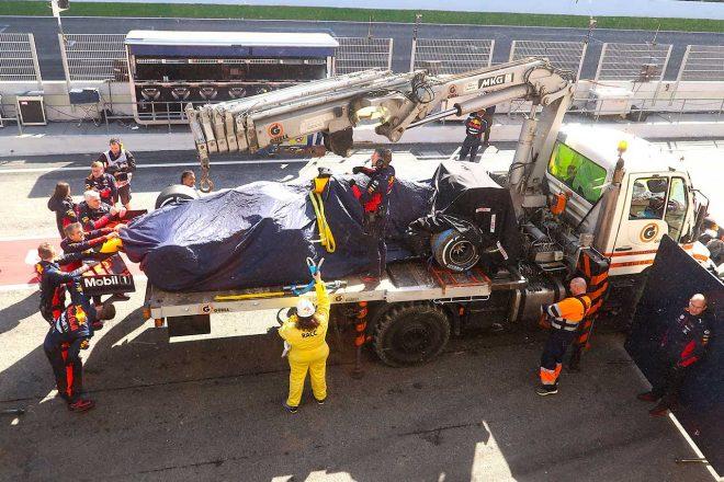 2020年のF1第2回プレシーズンテスト2日目、スピンして回収されたマックス・フェルスタッペンのマシン