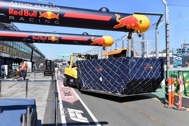 2020年F1オーストラリアGP火曜 荷物が運び込まれ、準備が進められるレッドブル・ホンダのガレージ