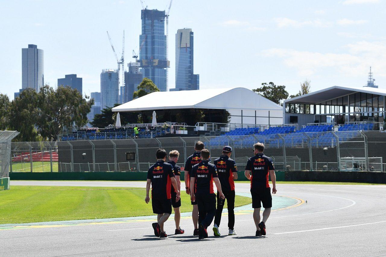 2020年F1第1戦オーストラリアGP水曜 コース下見をするレッドブル・レーシングのメンバー