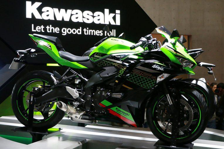 MotoGP | SBKライダーのレイとロウズ、4気筒250ccのカワサキ『ニンジャZX-25R』に初試乗