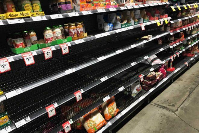 地元のスーパーでは、パスタの陳列棚はほとんど空っぽ