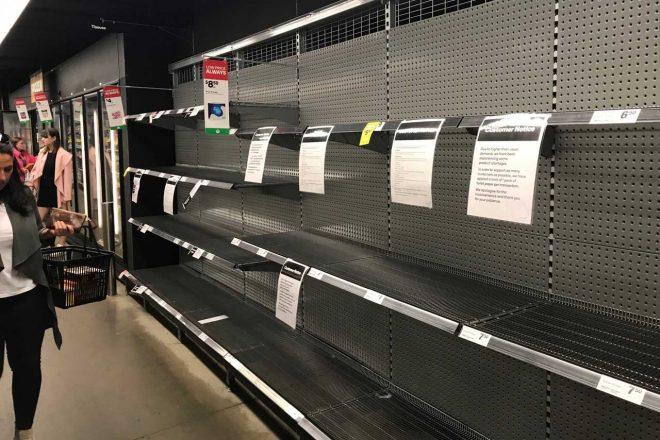 地元のスーパーではトイレットペーパーの棚はご覧の様子