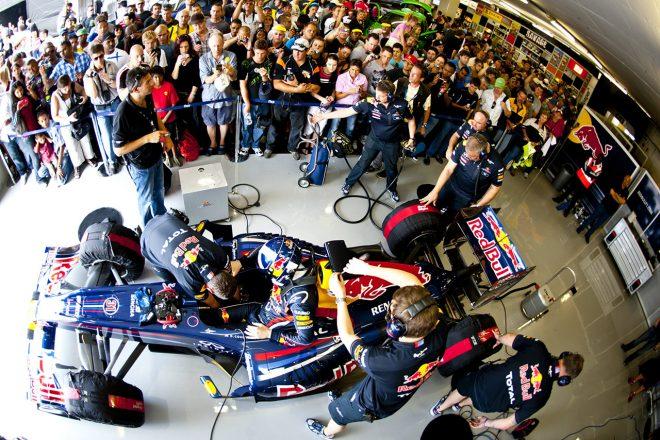 2017年にヨハネスブルグのキャラミ・グランプリ・サーキットでデビット・クルサードがデモランを実施