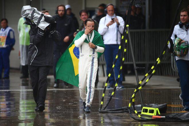 2016年F1ブラジルGP 母国で最後になる予定のレースでリタイアした後、感極まって涙するフェリペ・マッサ(ウイリアムズ)