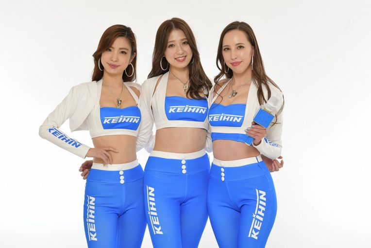 レースクイーン   Keihin Blue Beauty&Keihin Blue Navigatorが新コスお披露目。タイトなロングパンツはハイウエストに変化