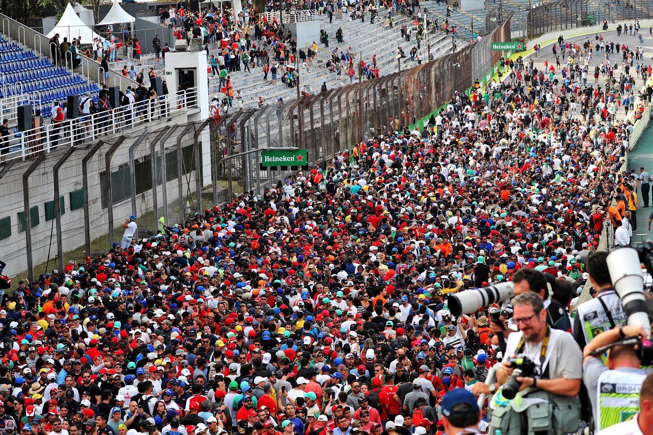 2019年F1ブラジルGP レース後、コースになだれ込むファンたち