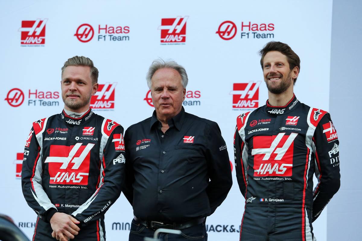 2020年F1第1回バルセロナテスト1日目 新車発表会に出席したケビン・マグヌッセン、ジーン・ハース(チームオーナー/中央)、ロマン・グロージャン