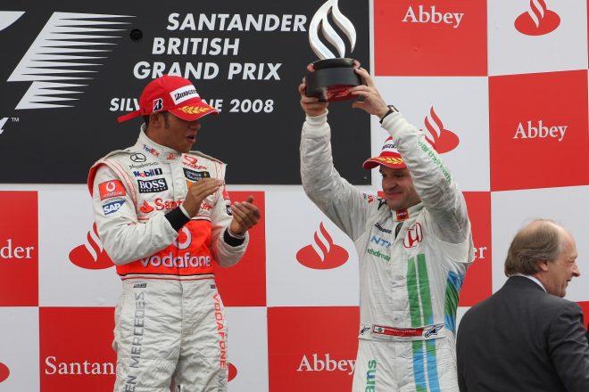 2008年F1イギリスGP 優勝したルイス・ハミルトン(マクラーレン)と3位のルーベンス・バリチェロ(ホンダ)