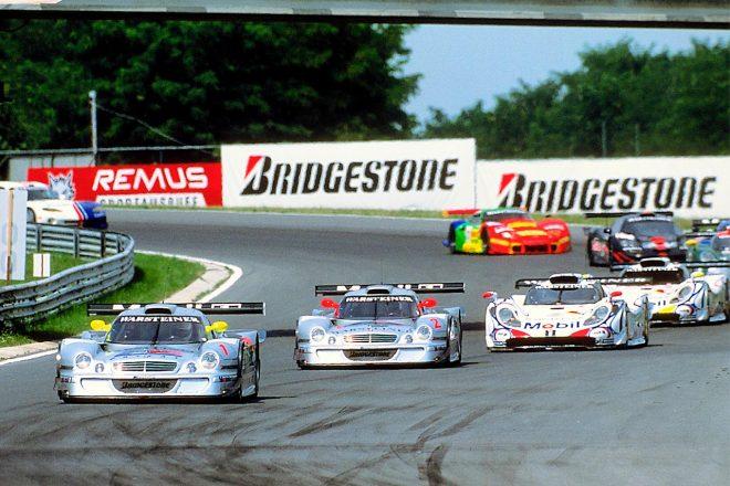 1998年のFIA-GT。先頭のメルセデスベンツCLK GTRやそれに続くポルシェ ...