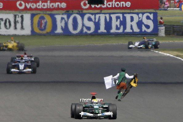 Photo of F1名レース無料配信:コース上を人が逆走。前代未聞の事件に翻弄された2003年イギリスGP   F1   autosport web   オートスポーツweb