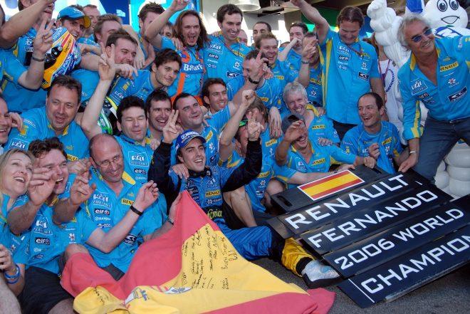 2006年F1ブラジルGP タイトル獲得を祝うフェルナンド・アロンソとルノーチーム