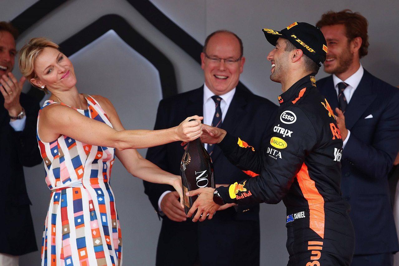 2018年F1モナコGP表彰台 シャルレーヌ公妃にシャンパンをすすめるダニエル・リカルド(レッドブル)