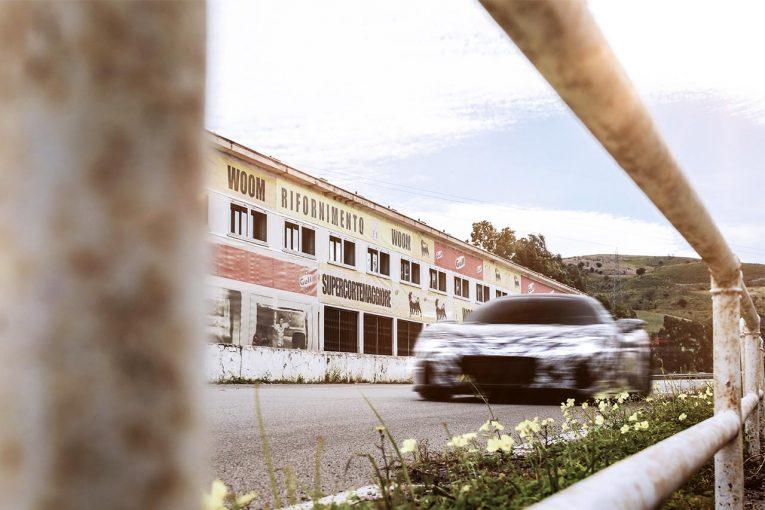 クルマ | 2020年9月発表予定のマセラティMC20がシチリアへ。伝説のタルガ・フローリオの舞台を走る