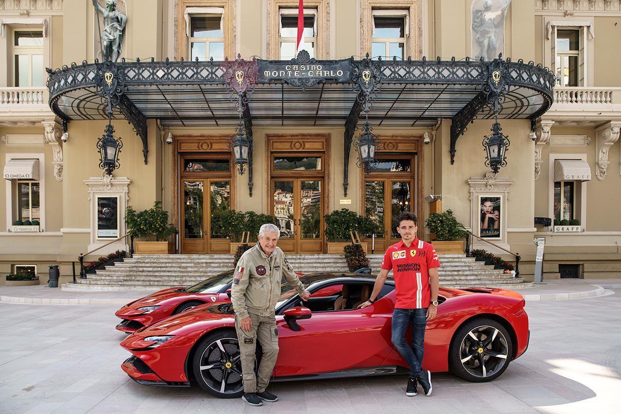シャルル・ルクレールとクロード・ルルーシュ監督、フェラーリSF90ストラダーレ