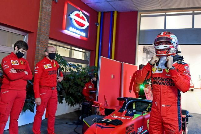 シャルル・ルクレールがマラネロの街をフェラーリSF1000で走行