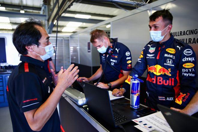 2020年6月フィルミングデー アレクサンダー・アルボン(レッドブル)とホンダの田辺豊治F1テクニカルディレクター