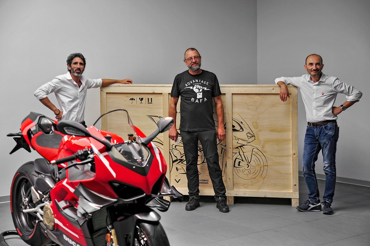 ドゥカティ、スーパーレッジェーラV4の納車セレモニー:アフターセールス担当副社長のフランチェスコ・ミリチア(左)、オーナーのフィリップ・ヴァン・シル氏(中)、ドゥカティCEOのクラウディオ・ドメニカリ(右)