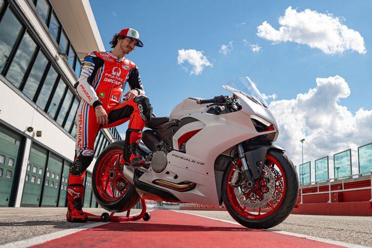 "MotoGP | ドゥカティ、『パニガーレV2』に新カラーリング""ホワイト・ロッソ""を追加。MotoGPライダー、バニャイアも試乗"