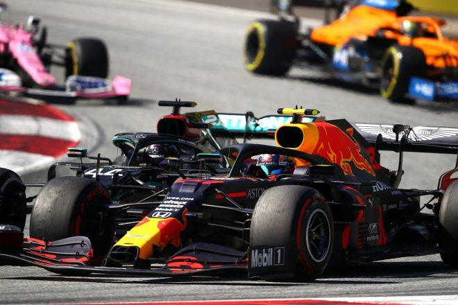 2020年F1第1戦オーストリアGP決勝 アレクサンダー・アルボン(レッドブル・ホンダ)がルイス・ハミルトン(メルセデス)と2位争い