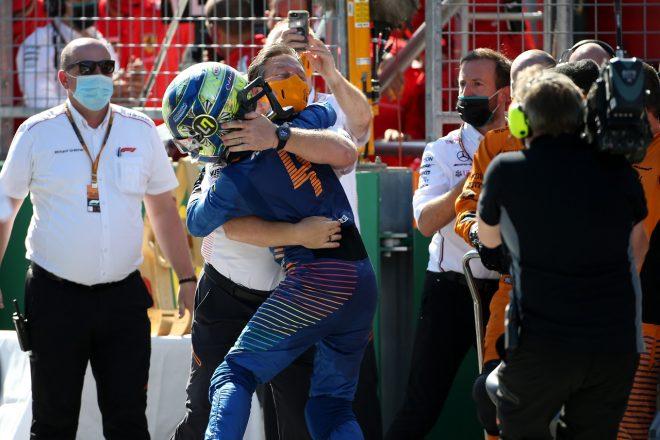 2020年F1第1戦オーストリアGP 3位を獲得し、チーム代表ブラウンと喜びを分かち合うランド・ノリス(マクラーレン)