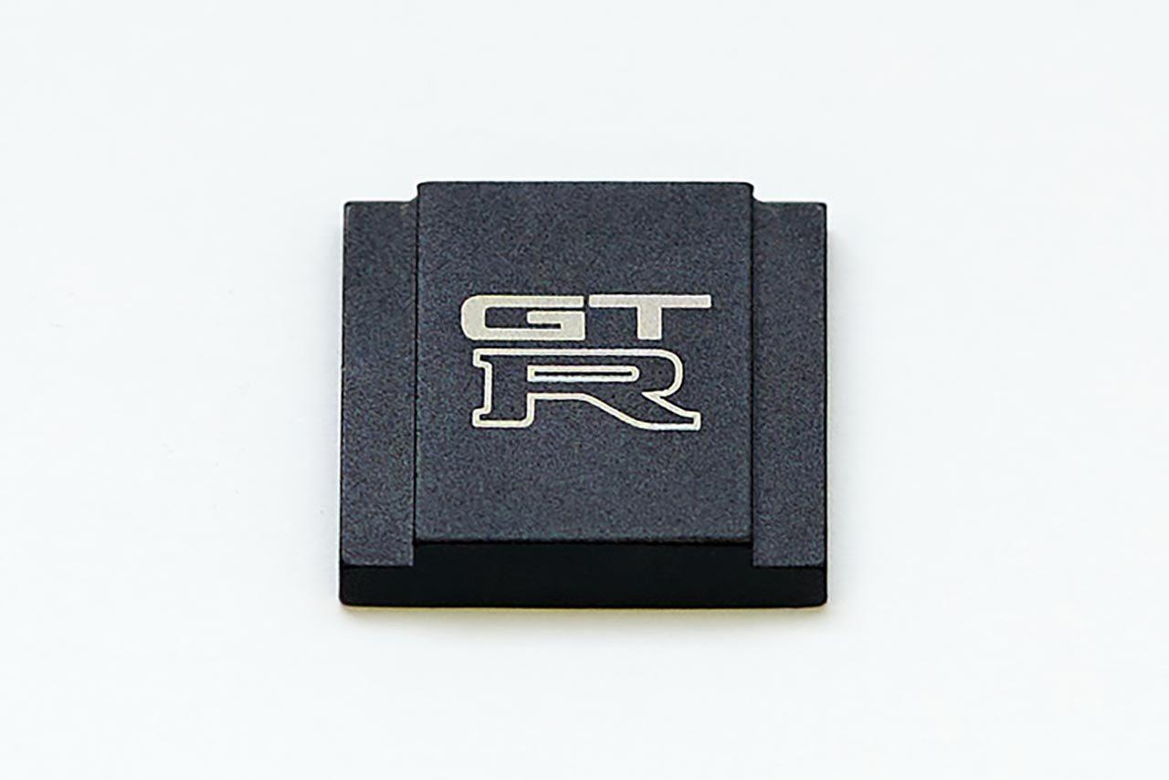 ニッサン公式ライセンス商品のR32 GT-Rロゴ入りカメラホットシューカバー発売