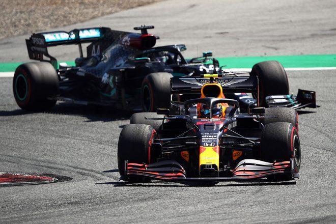2020年F1第1戦オーストリアGP決勝:アレクサンダー・アルボン(レッドブル・ホンダ)、ルイス・ハミルトン(メルセデス)