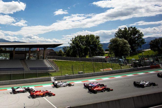 2020年F1第2戦シュタイアーマルクGP決勝スタート セバスチャン・ベッテルとシャルル・ルクレール(フェラーリ)