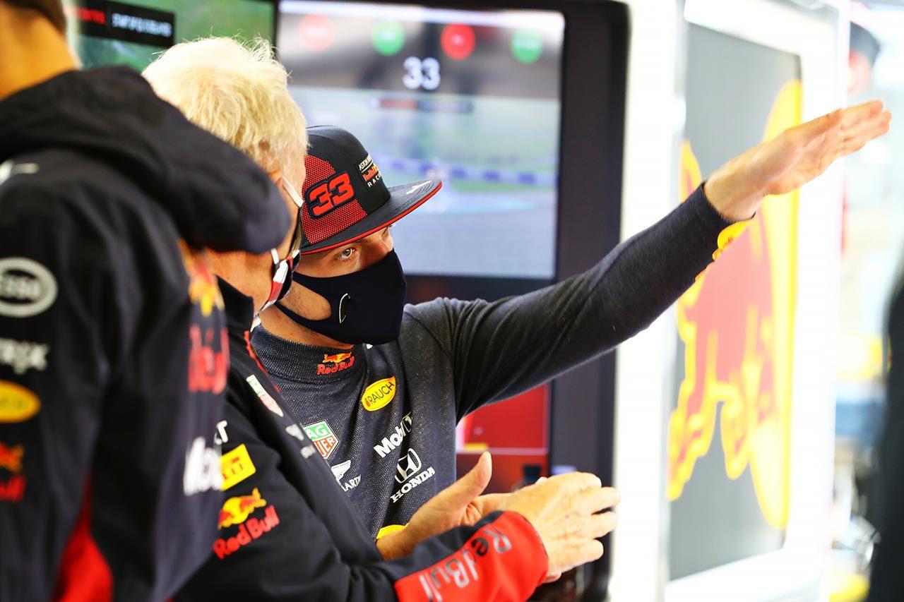 2020年F1第2戦予選でマルコ氏と話すマックス・フェルスタッペン