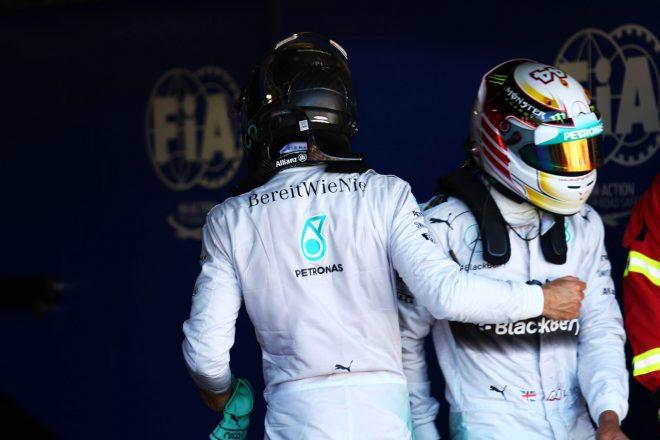 2016年末までチーム内での対立関係が続いたニコ・ロズベルグ(右)とルイス・ハミルトン(左)。