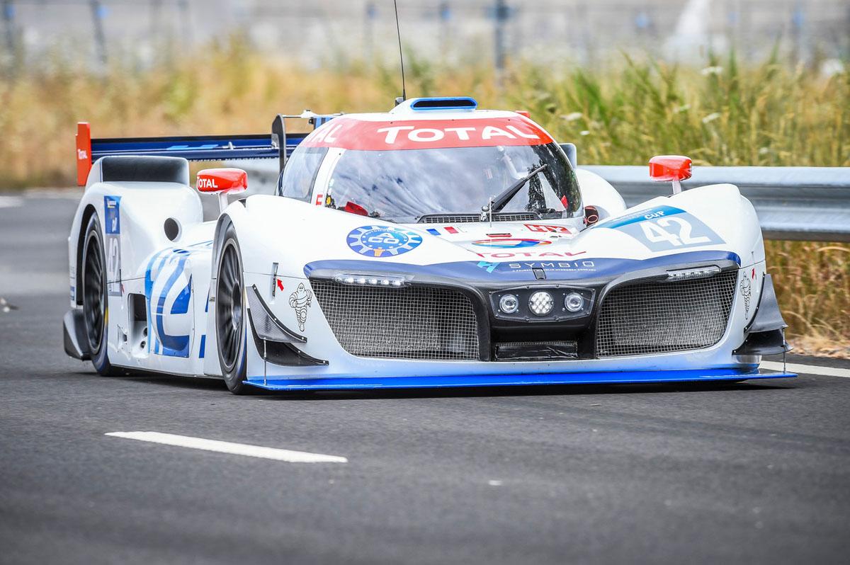 """グループPSA会長が""""ミッションH24""""の水素燃料電池プロトタイプカーをテストドライブ"""