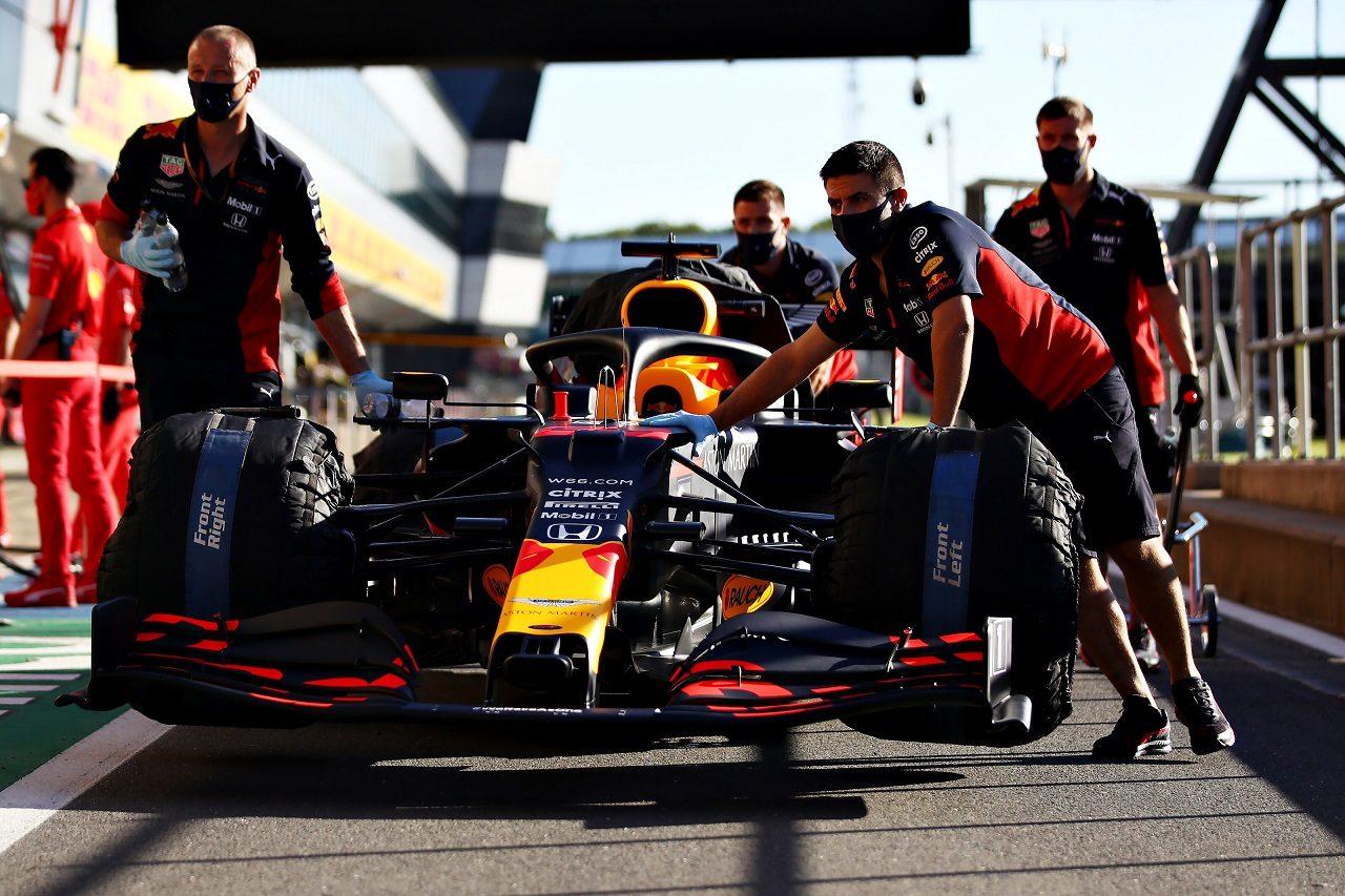 2020年F1第4戦イギリスGP木曜 マシンの準備を行うレッドブルのメカニックたち