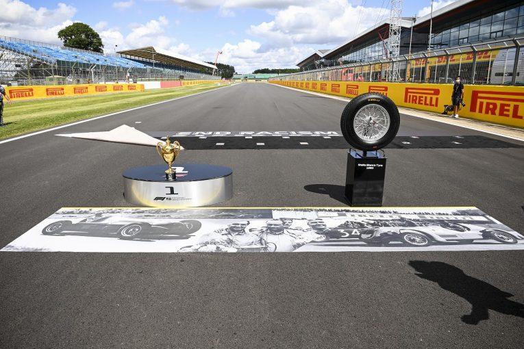F1 | 【SNS特集】F1イギリスGP:70周年を記念する復刻トロフィーが登場。フェルスタッペンがチーフ水分補給係に
