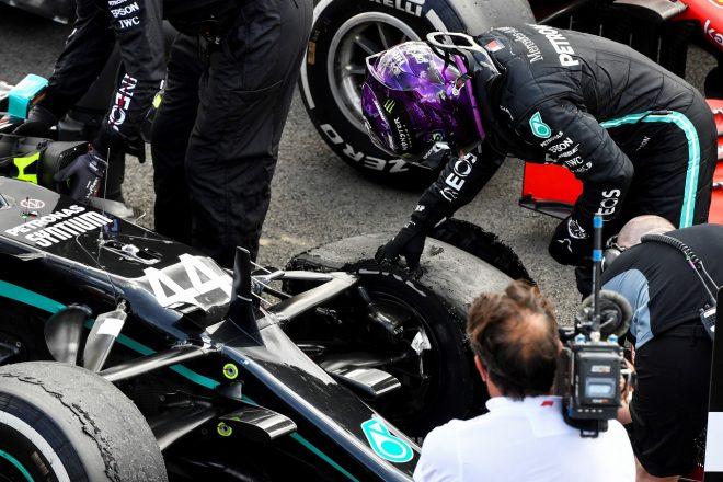 2020年F1第4戦イギリスGP 優勝したルイス・ハミルトン(メルセデス)、パンクしたタイヤをチェック