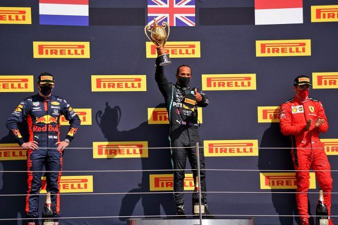 2020年F1第4戦イギリスGP表彰台 ルイス・ハミルトン(メルセデス)、マックス・フェルスタッペン(レッドブル・ホンダ)、シャルル・ルクレール(フェラーリ)