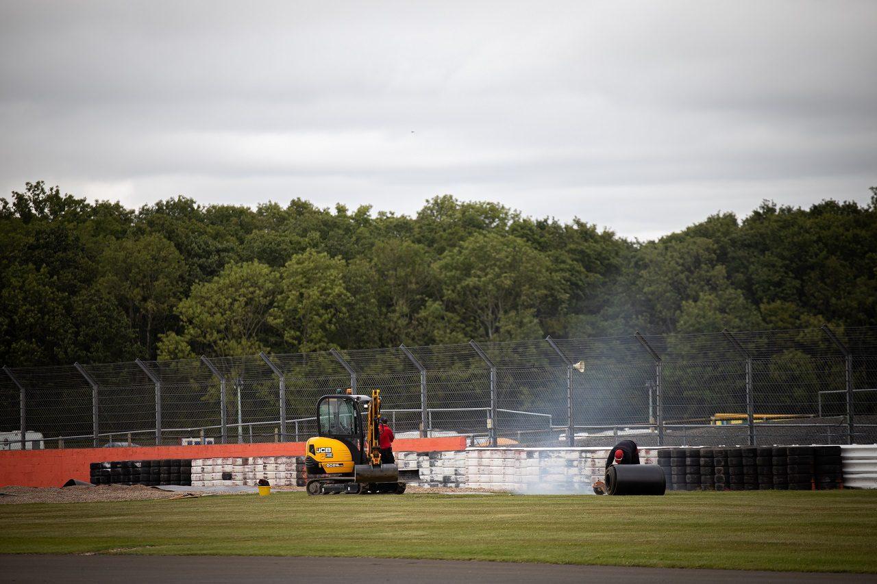 2020年F1第5戦70周年記念GP木曜 タイヤバリアを設置する作業