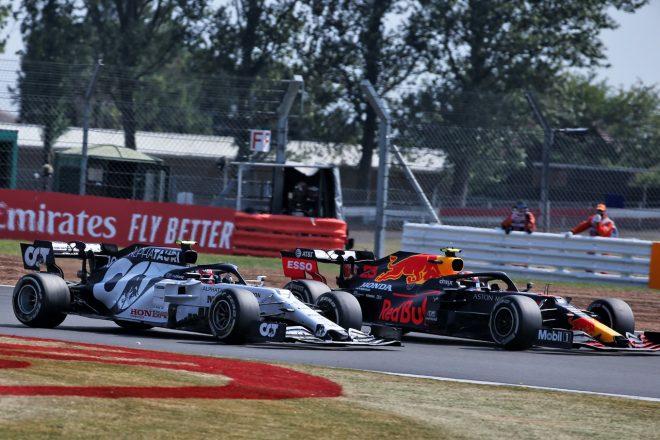 2020年F1第5戦70周年記念GP アレクサンダー・アルボン(レッドブル・ホンダ)とピエール・ガスリー(アルファタウリ・ホンダ)のバトル