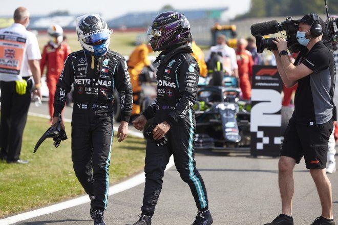2020年F1第5戦70周年記念GP 決勝後のバルテリ・ボッタスとルイス・ハミルトン(メルセデス)