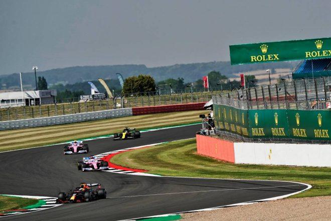 2020年F1第5戦70周年記念GP レース中3番手を走行するマックス・フェルスタッペン(レッドブル・ホンダ)と4番手のニコ・ヒュルケンベルグ(レーシングポイント)
