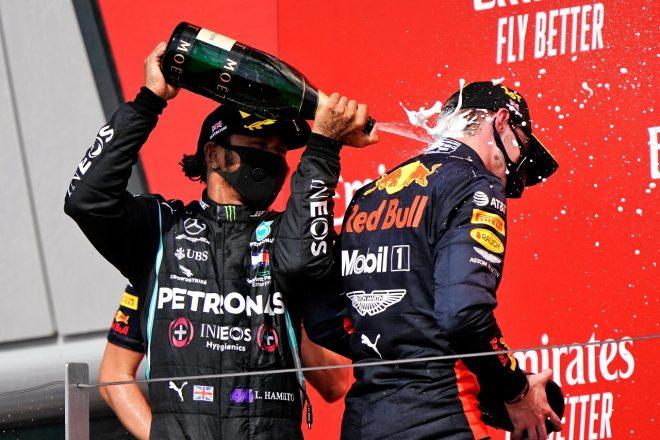 2020年F1第5戦70周年記念GP 2位ルイス・ハミルトン(メルセデス)と優勝したマックス・フェルスタッペン(レッドブル・ホンダ)