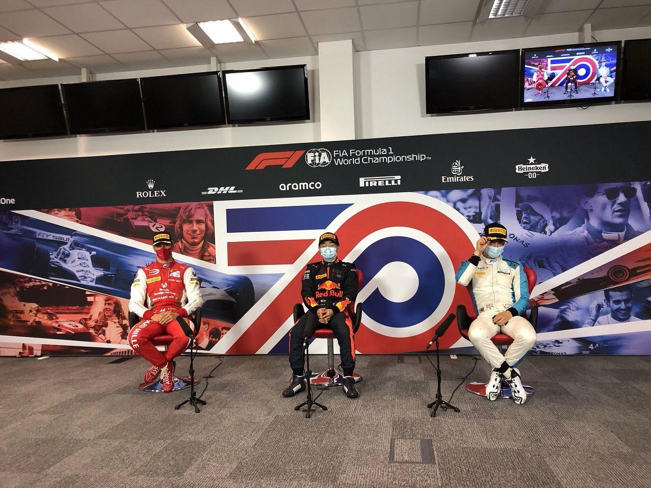 70周年記念GP F2スプリントレースで優勝した角田裕毅がトップ3会見に出席