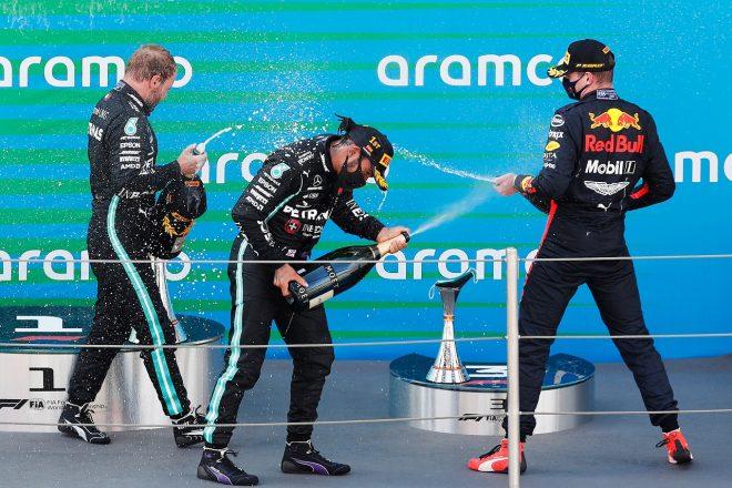 2020年F1第6戦スペインGP表彰台 優勝ルイス・ハミルトン(メルセデス)、2位マックス・フェルスタッペン(レッドブル・ホンダ)、3位バルテリ・ボッタス(メルセデス)