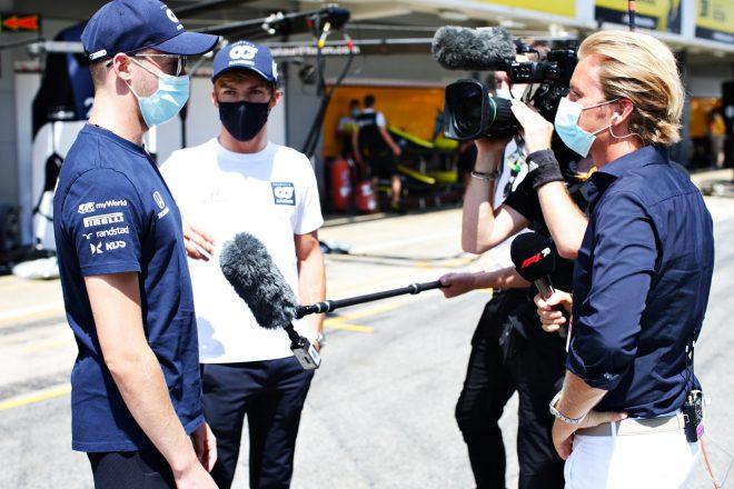 2020年F1第6戦スペインGP ニコ・ロズベルグからインタビューを受けるダニール・クビアトとピエール・ガスリー(アルファタウリ・ホンダ)