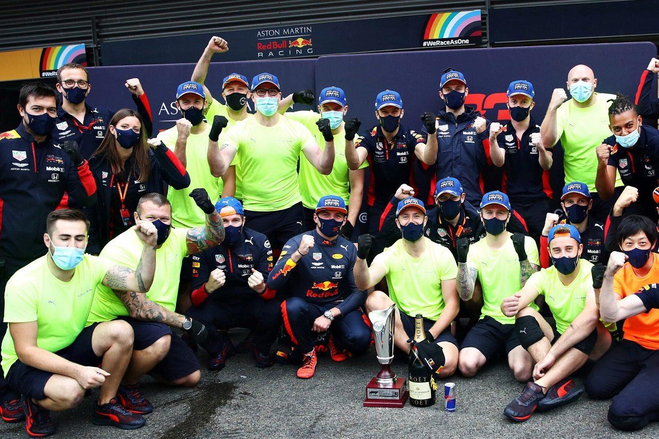 2020年F1第7戦ベルギーGP 3位のマックス・フェルスタッペン(レッドブル・ホンダ)がチームと記念撮影