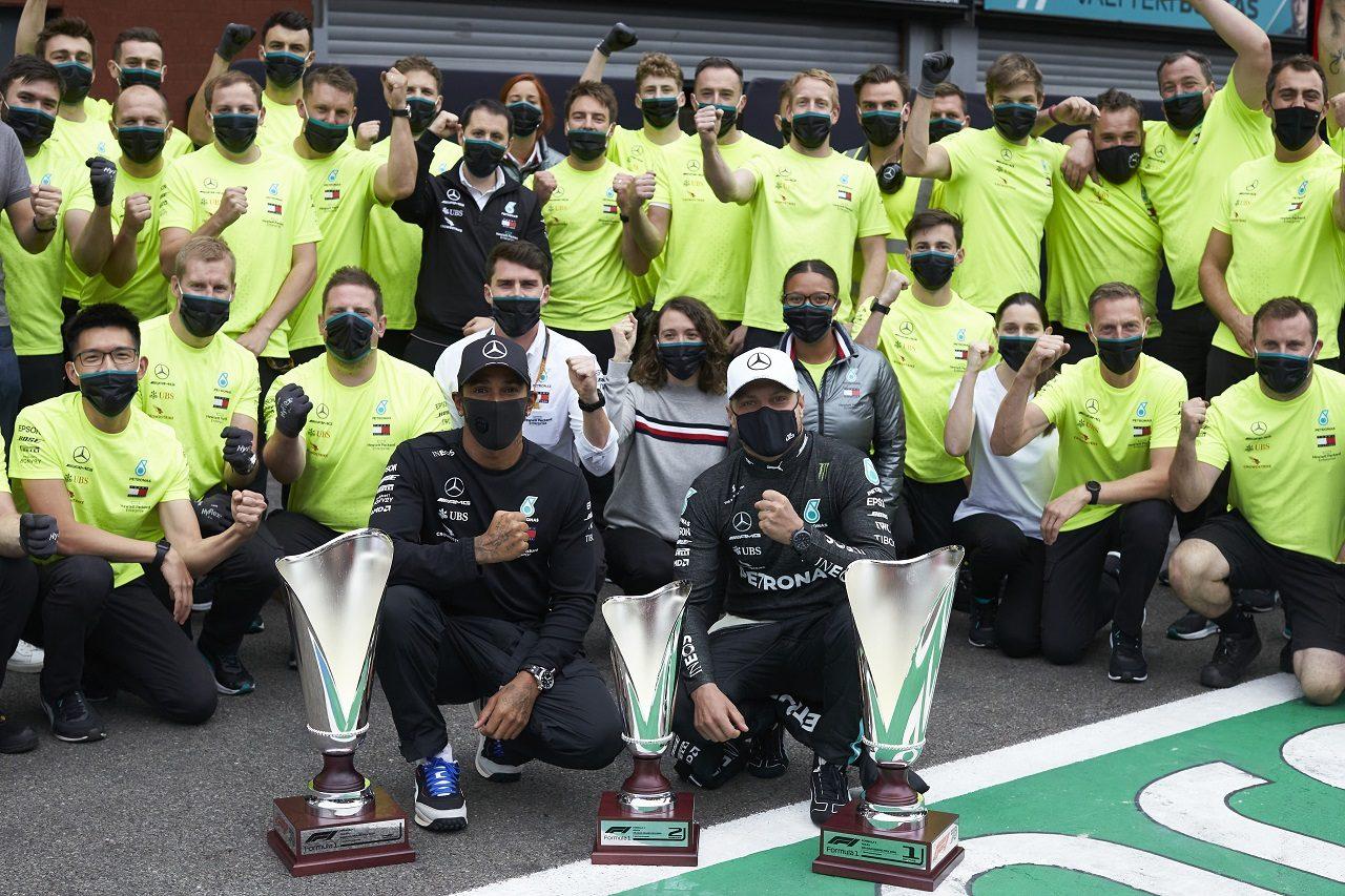 2020年F1第7戦ベルギーGP 優勝したルイス・ハミルトンと2位バルテリ・ボッタス(メルセデス)がチームと記念撮影