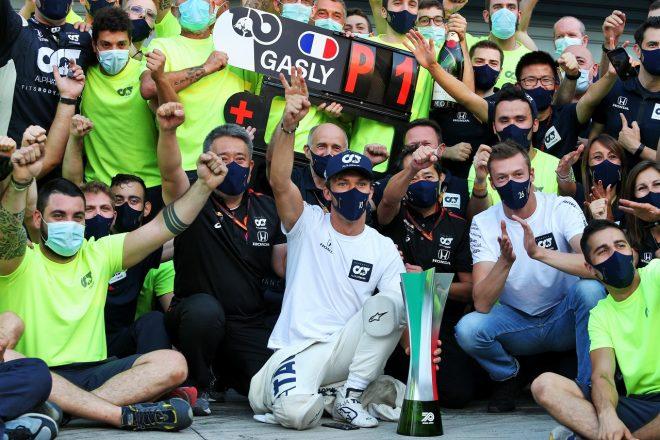 2020年F1第8戦イタリアGP ピエール・ガスリー(アルファタウリ・ホンダ)が初勝利をチームと祝う