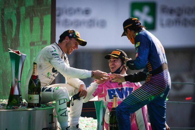2020年F1第8戦イタリアGP 表彰式後に談笑するピエール・ガスリー(アルファタウリ・ホンダ)、カルロス・サインツJr.(マクラーレン)、ランス・ストロール(レーシングポイント)