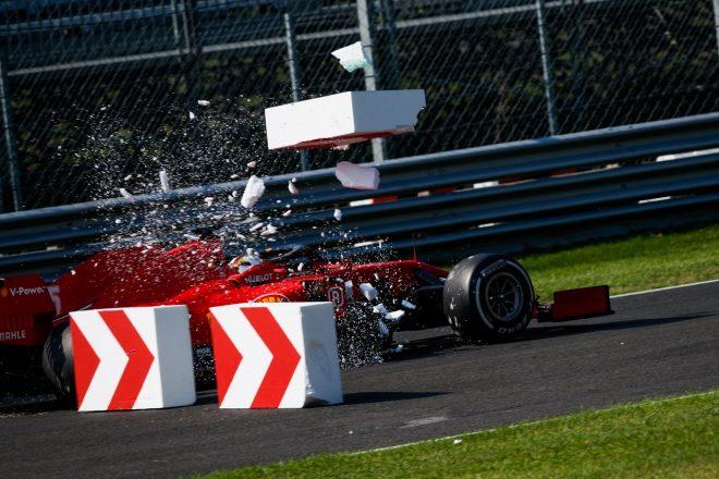 2020年F1第8戦イタリアGP決勝 ブレーキトラブルが発生し、ランオフエリアを突っ切るセバスチャン・ベッテル(フェラーリ)