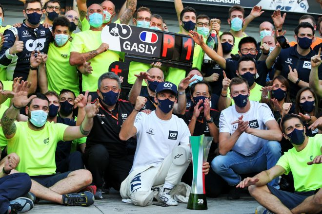 F1第8戦イタリアGPでF1キャリア初優勝を遂げたピエール・ガスリーとチームの仲間たち