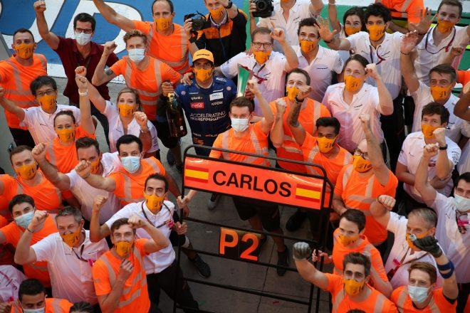 2020年F1第8戦イタリアGP 2位のカルロス・サインツJr.(マクラーレン)がチームとお祝い