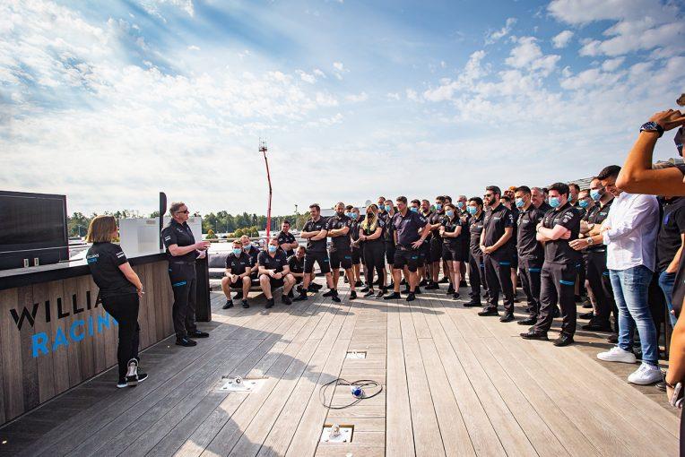 F1   「私たちは永遠にF1を愛している」最後のグランプリを終えたウイリアムズF1副代表。チームから粋な計らいも